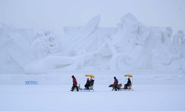برف سے تیار کیے جانے والے مجسموں کا فیسٹیول چین کے شہر ہربن میں جاری ہے — رائٹرز