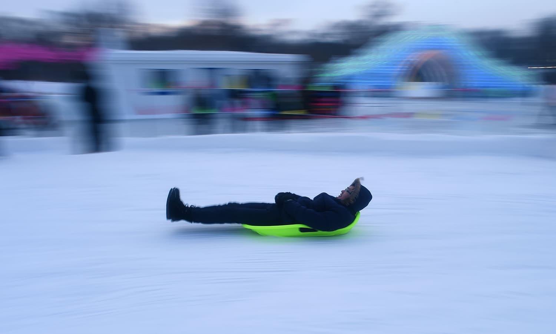 شائقین اس تقریب میں برف کا لطف اٹھا رہے ہیں — اے ایف پی