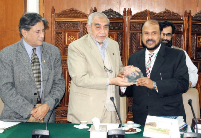 Riphah University Vice-Chancellor Dr Anis Ahmed presents a shield to IIUI President Dr Ahmed Yousif Al Draiweesh.