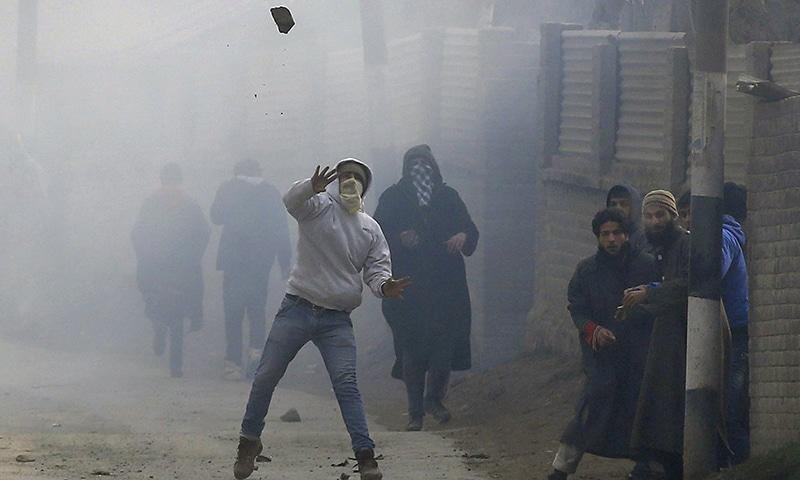 سیکیورٹی فورسز اور مظاہرین کے درمیان جھڑپ کا ایک منظر۔— رائٹرز