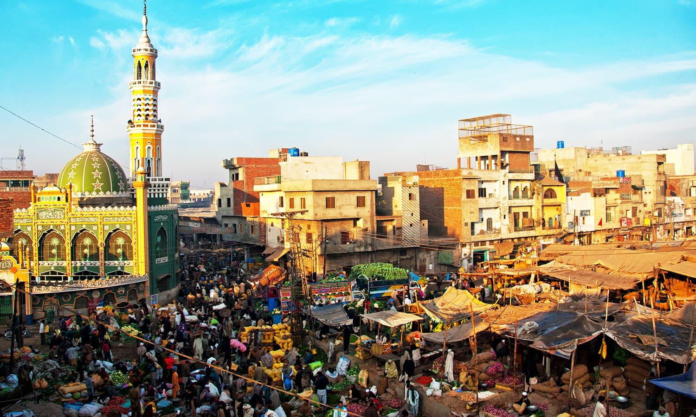 بسنت کے دنوں میں لاہور کی چھتیں اونچے کرایوں پر دستیاب ہوتیں، جبکہ گلیاں بھی پتنگیں لوٹنے والوں سے بھری ہوئی ہوتیں۔ — فوٹو کاپی رائٹ خلیل شاہ۔ اس تصویر کے جملہ حقوق بحقِ فوٹوگرافر محفوظ ہیں۔
