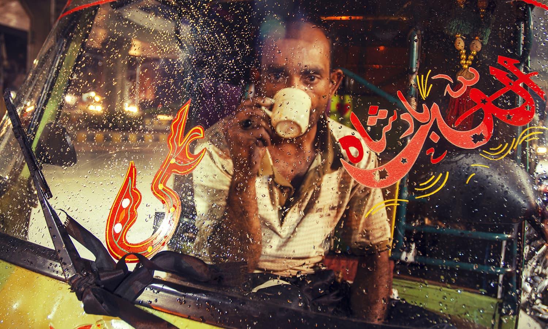 ایک رکشے والا تنہائی میں چائے کا مزہ لے رہا ہے۔ 1990 کی دہائی میں تانگوں اور بگھیوں کی جگہ شور مچاتے رکشوں نے لے لی۔ — فوٹو کاپی رائٹ خلیل شاہ۔ اس تصویر کے جملہ حقوق بحقِ فوٹوگرافر محفوظ ہیں۔