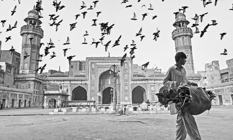 مسجد وزیر خان لاہور کے رخسار پر ایک تل کی مانند ہے. — فوٹو کاپی رائٹ خلیل شاہ۔ اس تصویر کے جملہ حقوق بحقِ فوٹوگرافر محفوظ ہیں۔