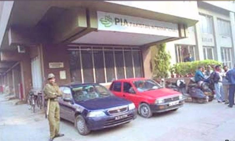 حملہ آوروں  نے دفتر میں داخل ہو کر توڑ پھوڑ کی — فوٹو:/ ڈان نیوز