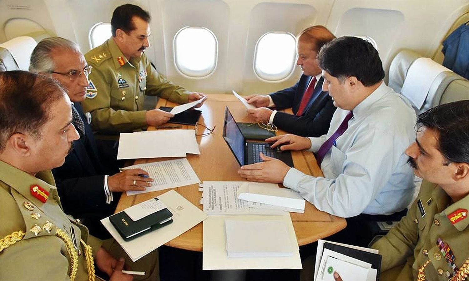Prime Minister Nawaz Sharif, COAS General Raheel Sharif, SAPM on Foreign Affairs Mr. Tariq Fatemi holding consultative meetings inside the plane on their way to Saudi capital Riyadh.─ Photo: PMO