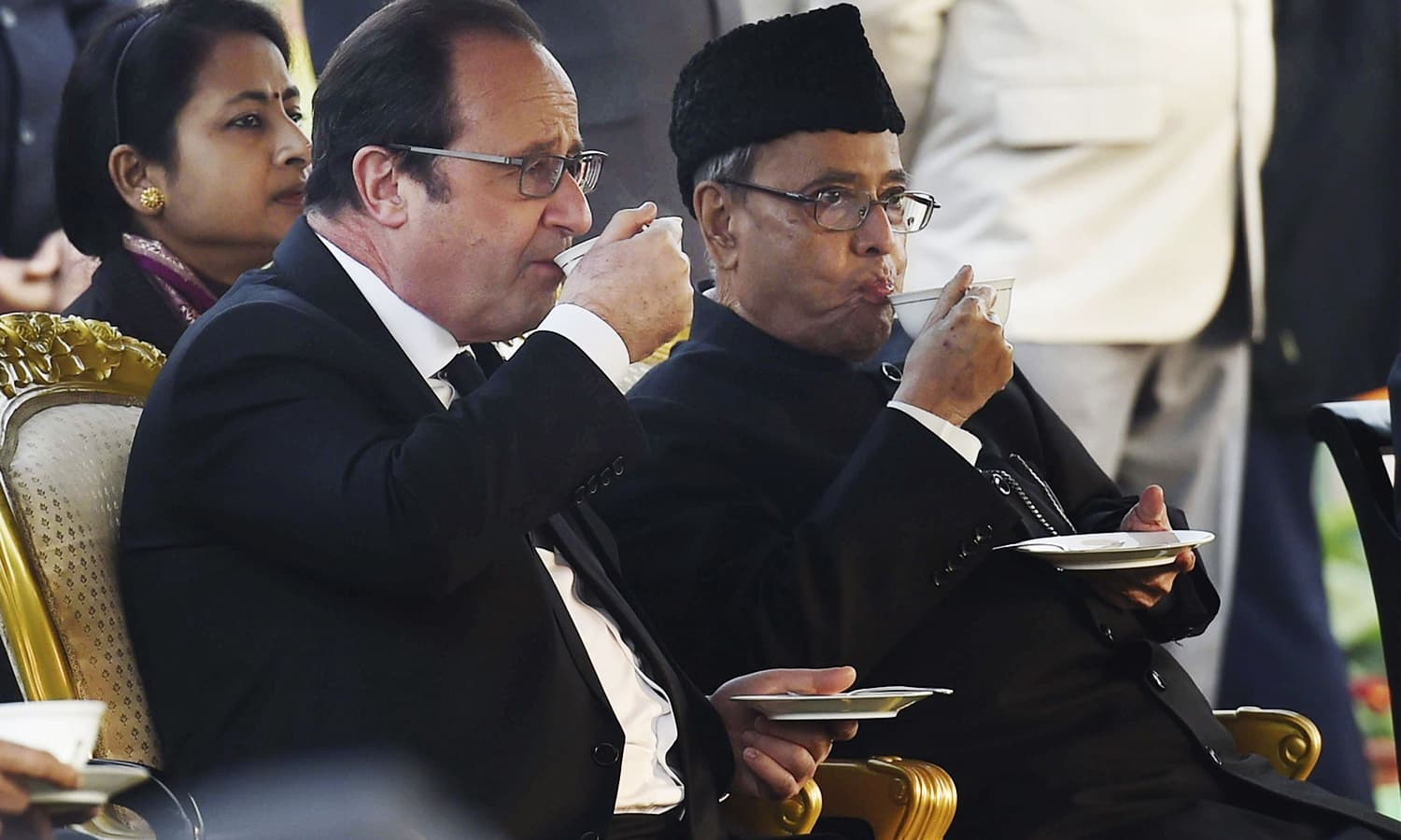 French President Francois Hollande (L) and Indian President Pranab Mukherjee (R) sip refreshments at a reception hosted by the Indian President to mark India's Republic Day. ─ AP