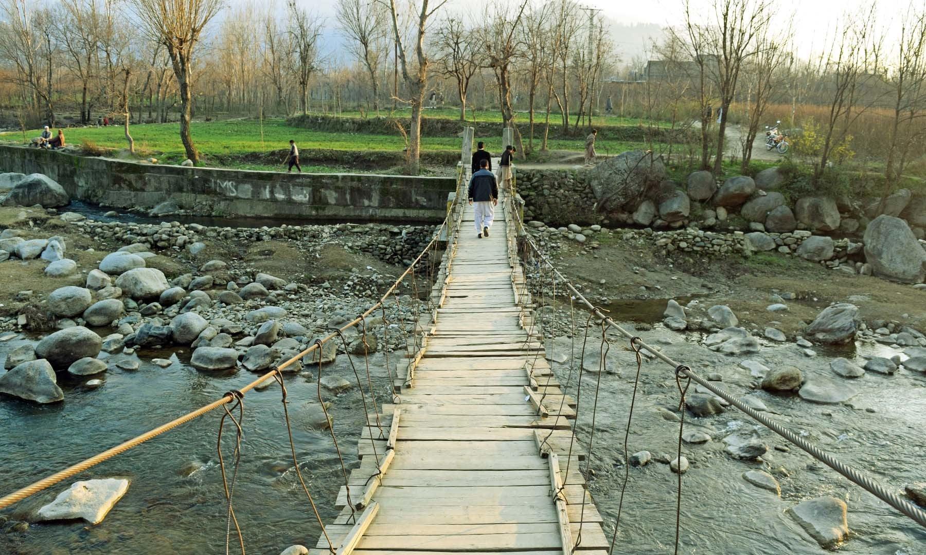 شمال کی طرف سے گاؤں میں داخل ہونے کے لیے استعمال ہونے والا لکڑی کا بنا پل۔