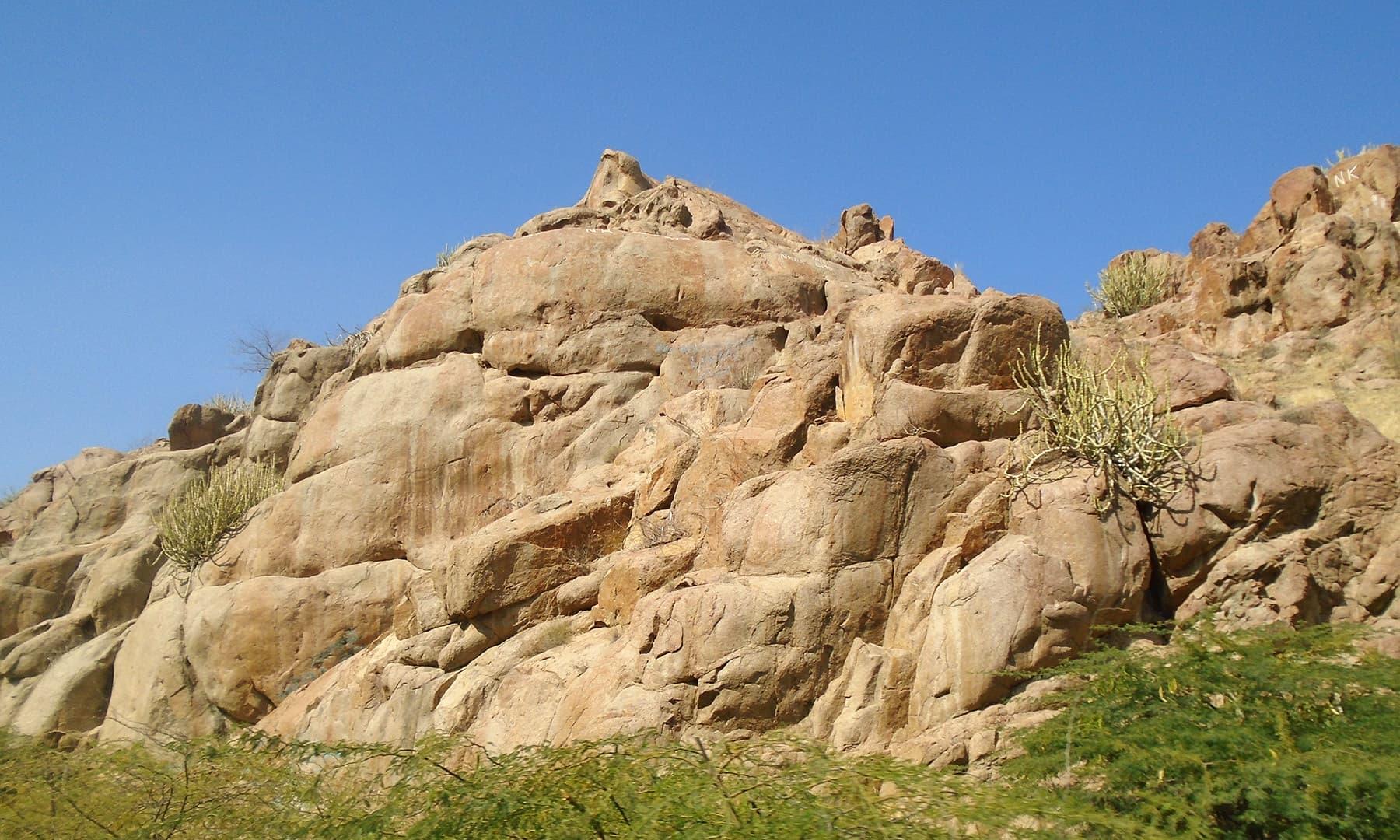 یہ جگہ چاروں جانب سے گرینائٹ کے پہاڑوں سے گھری ہوئی ہے.