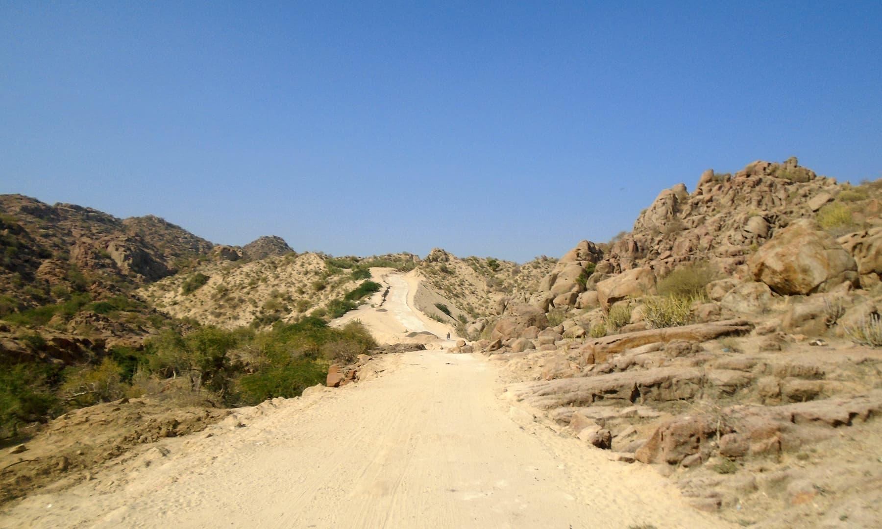 نگر شہر سے ایک نیم پختہ راستہ مندر تک جاتا ہے.