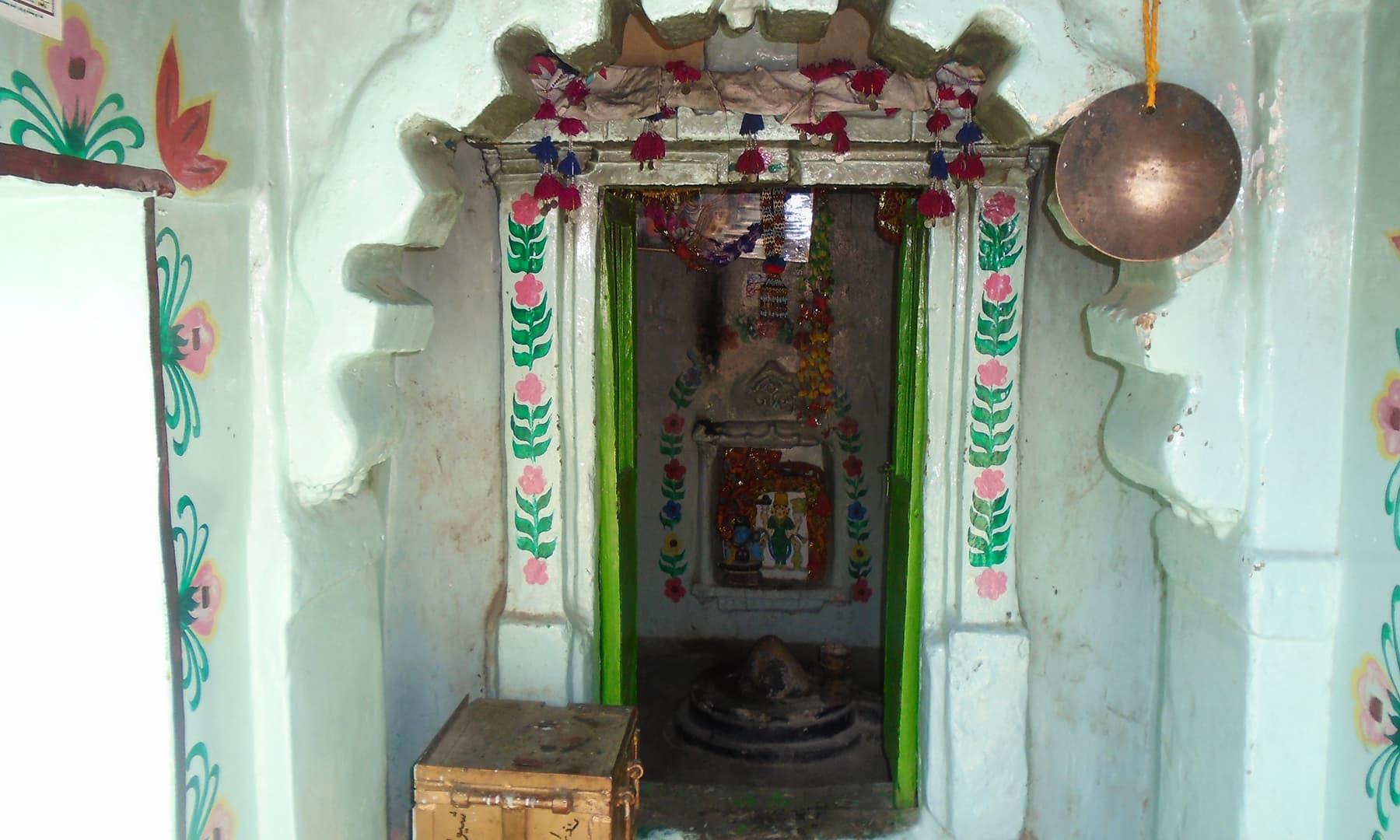 مندر کا اندرونی منظر.