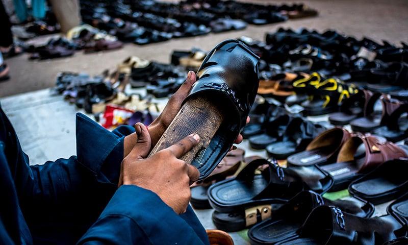 پرانے جوتوں کی مرمت کے بعد انہیں ایسا چمکایا جاتا ہے کہ نیا سا گمان ہوتا ہے۔