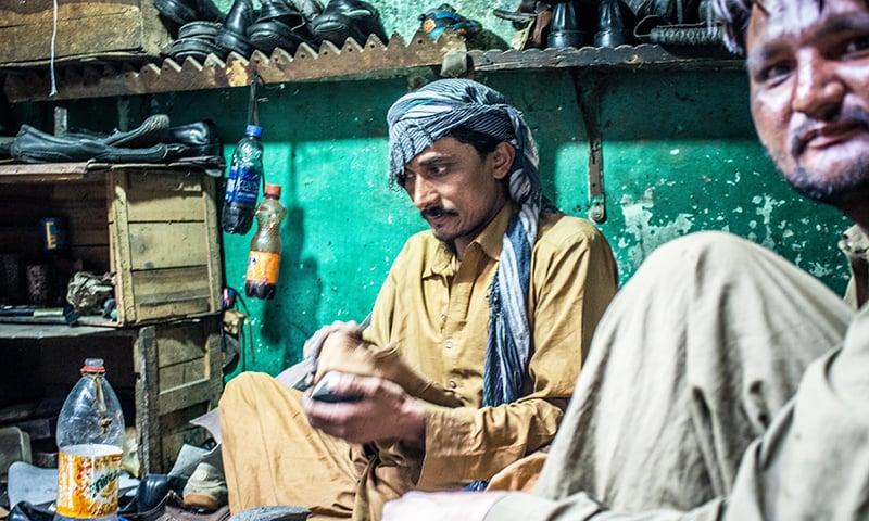 یہاں کبھی کوئی اپنے پرانے جوتے بیچ جاتا ہے، تو کبھی مساجد سے اٹھائے گئے دوسروں کے جوتے۔