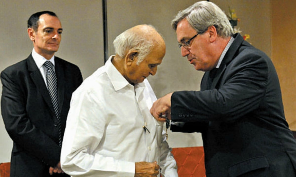 Intizar Husain was conferred the Order of the Arts and Letters by France in 2014 - Photo: Dawn