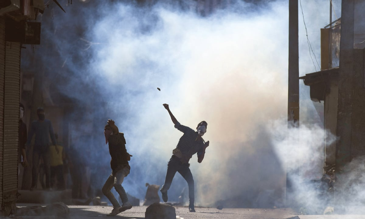 Kashmiri protestors throw stones at Indian security personnel in Srinagar | Dar Yasin, AP