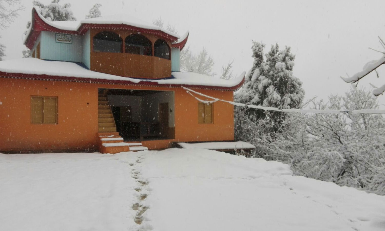 Snow covered building in Azad Kashmir ─ Manzar Elahi Turk