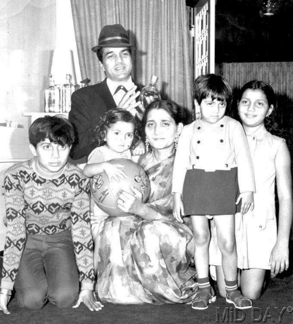 Dharmendra and the Deol kids - Photo courtesy Scoop Whoop