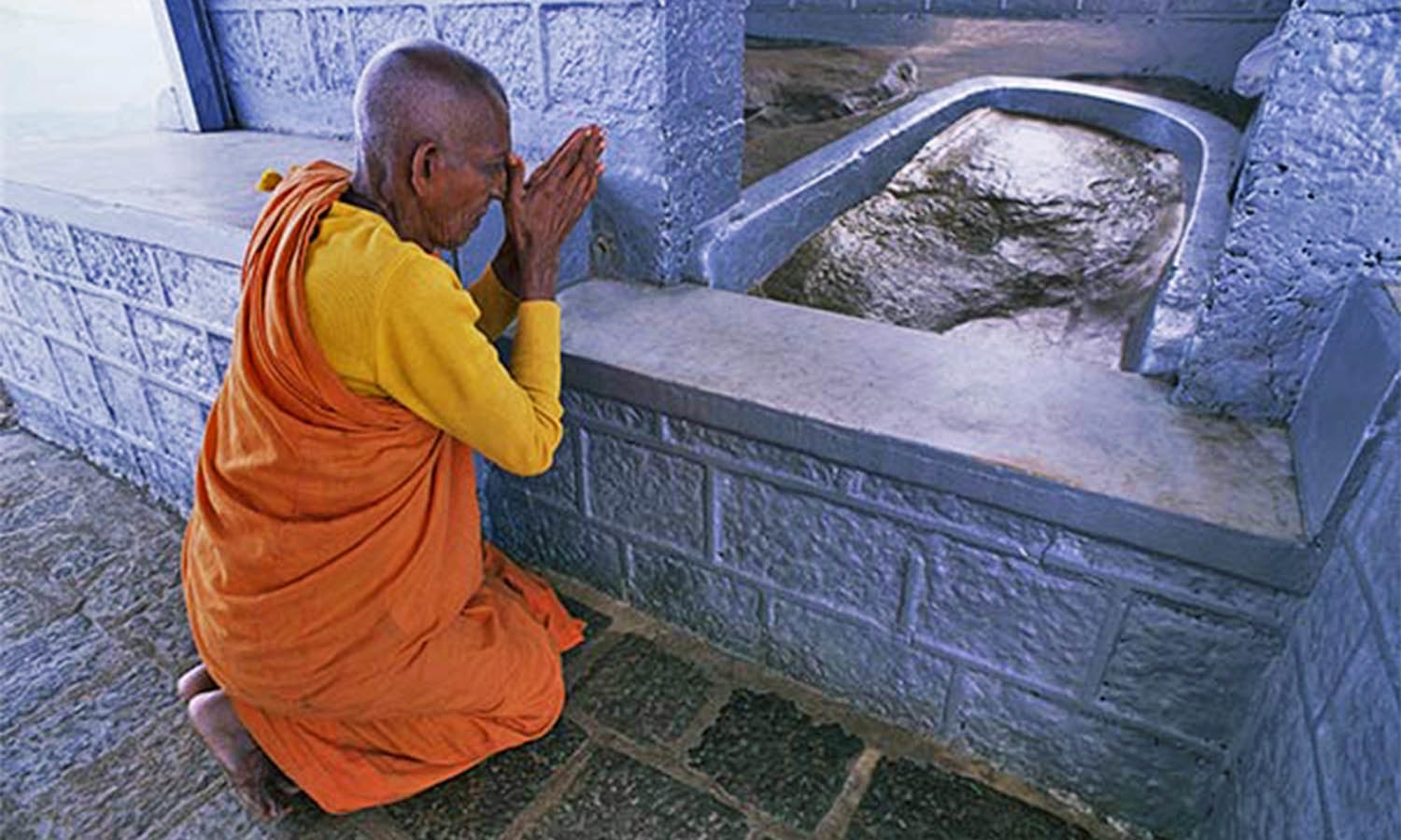 how to become a buddhist monk in sri lanka