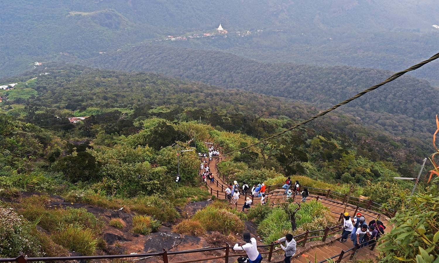 Visitors on the way to Adam's Peak on a route traversing between tea plantations. ─Photo by the author