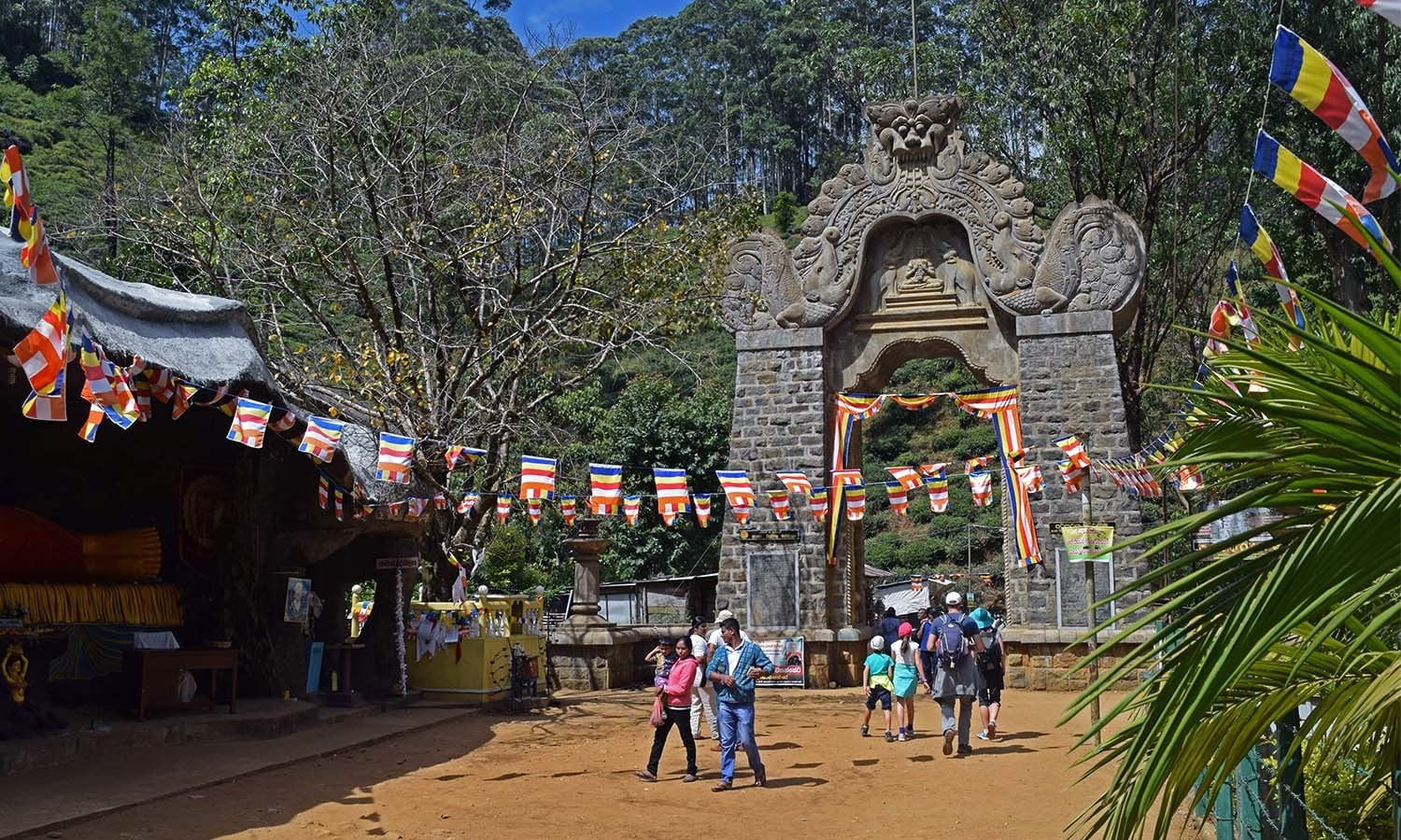 The Gate, the starting point of the route to Adam's Peak. ─Photo by the author