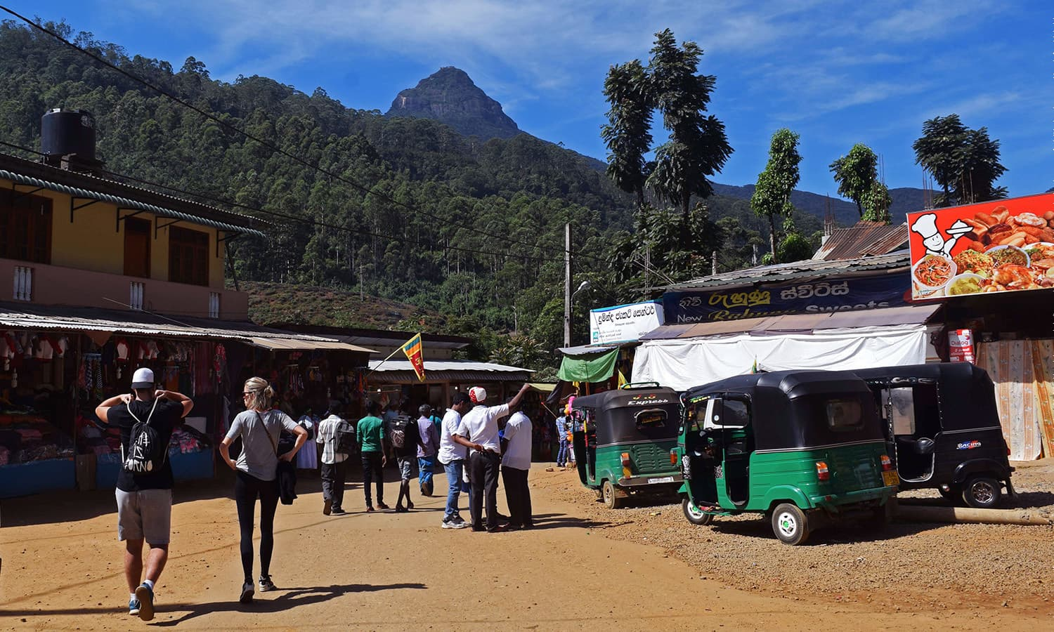 The Dalhousie bus stop and the starting point to walk to Adam's Peak. ─Photo by the author