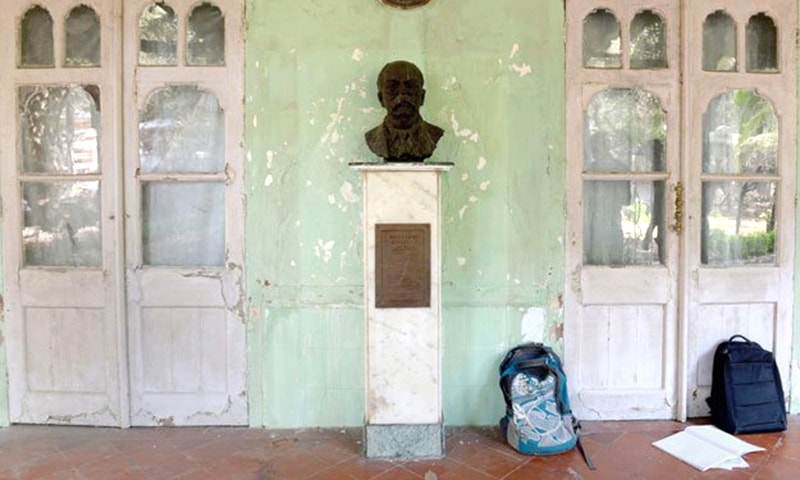 In this photo taken on February 5, 2016, shows a bust of author Rudyard Kipling under the porch of the Kipling Bunglow - the birthplace of the author - inside the campus of the J.J. School of Art in Mumbai. ─ AFP