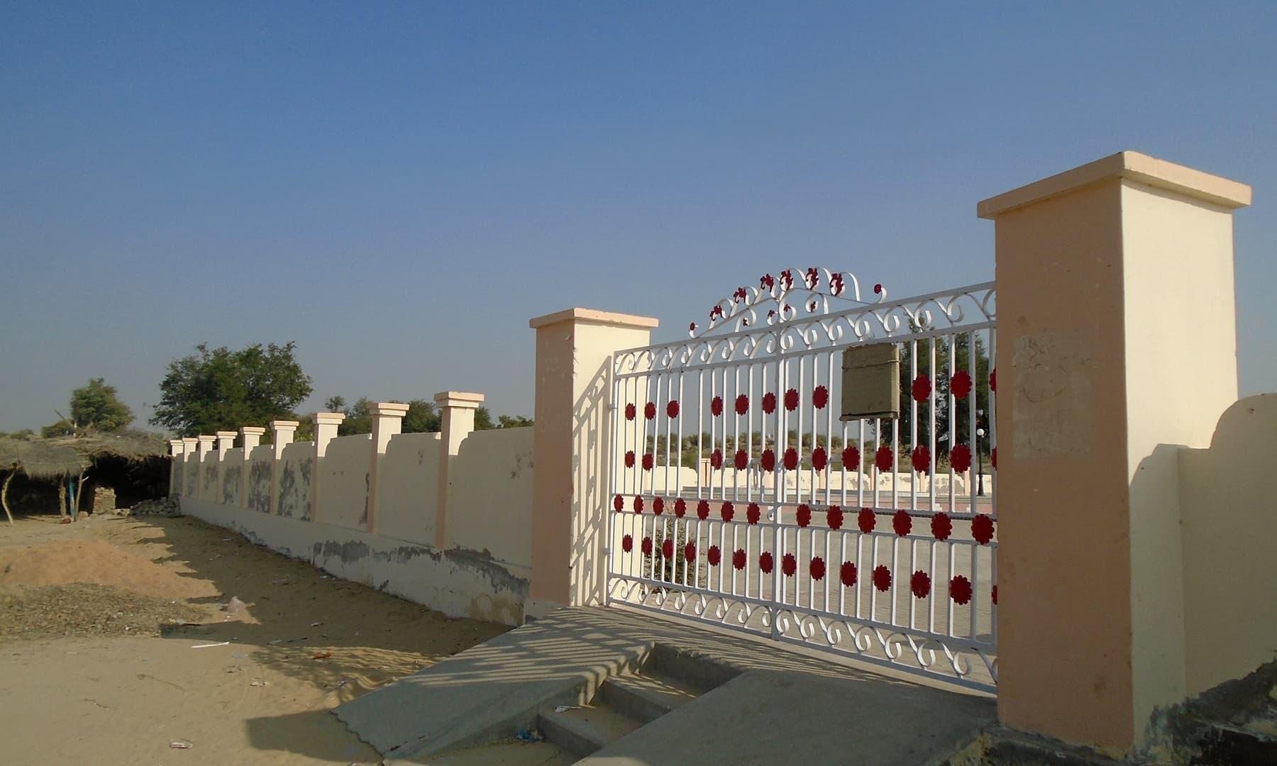 کنویں کے گرد حکومت کی طرف سے چار دیواری قائم کی گئی ہے.