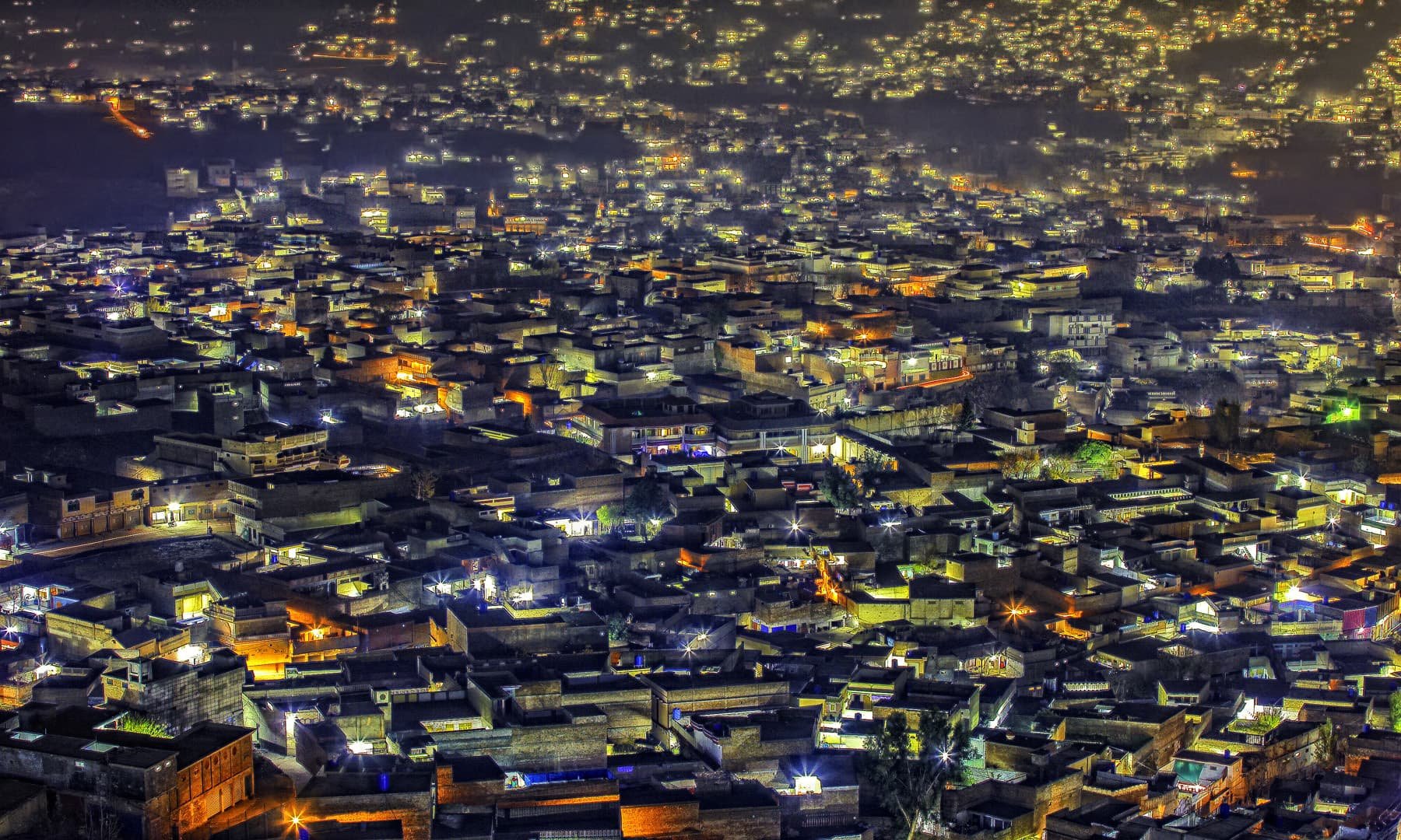 مینگورہ شہر پر رات کا منظر. — فوٹو سید مہدی بخاری۔