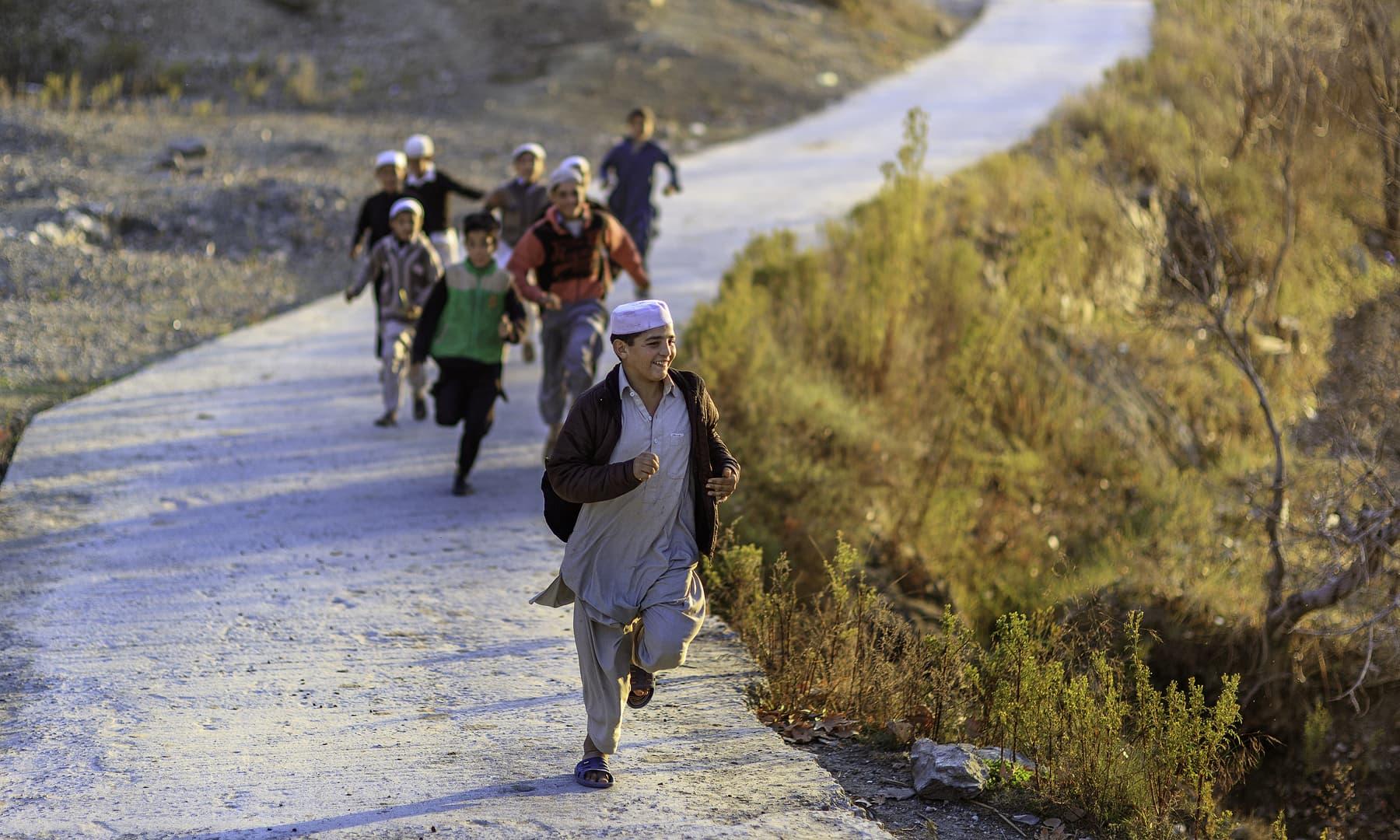 مٹہ میں کھیلتے بچے. — فوٹو سید مہدی بخاری۔