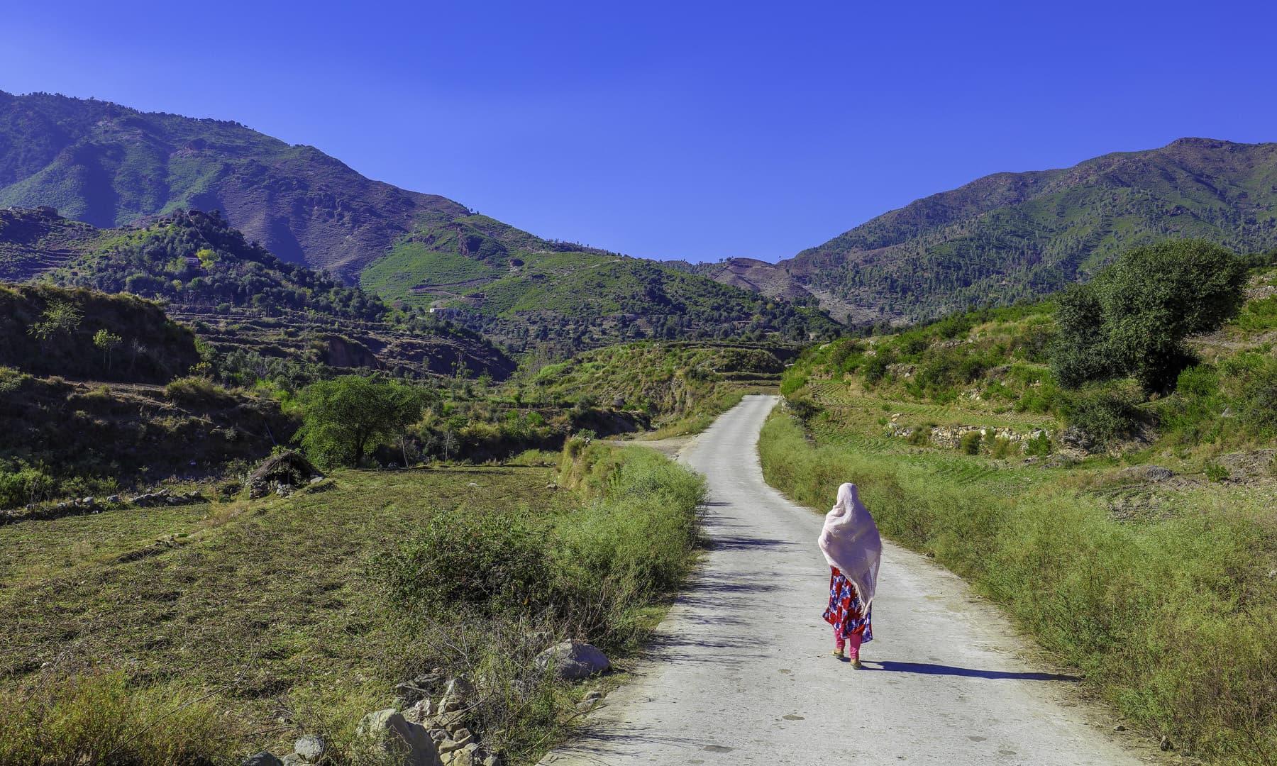 چلو اب گھر چلیں، دن جا رہا ہے. — فوٹو سید مہدی بخاری۔