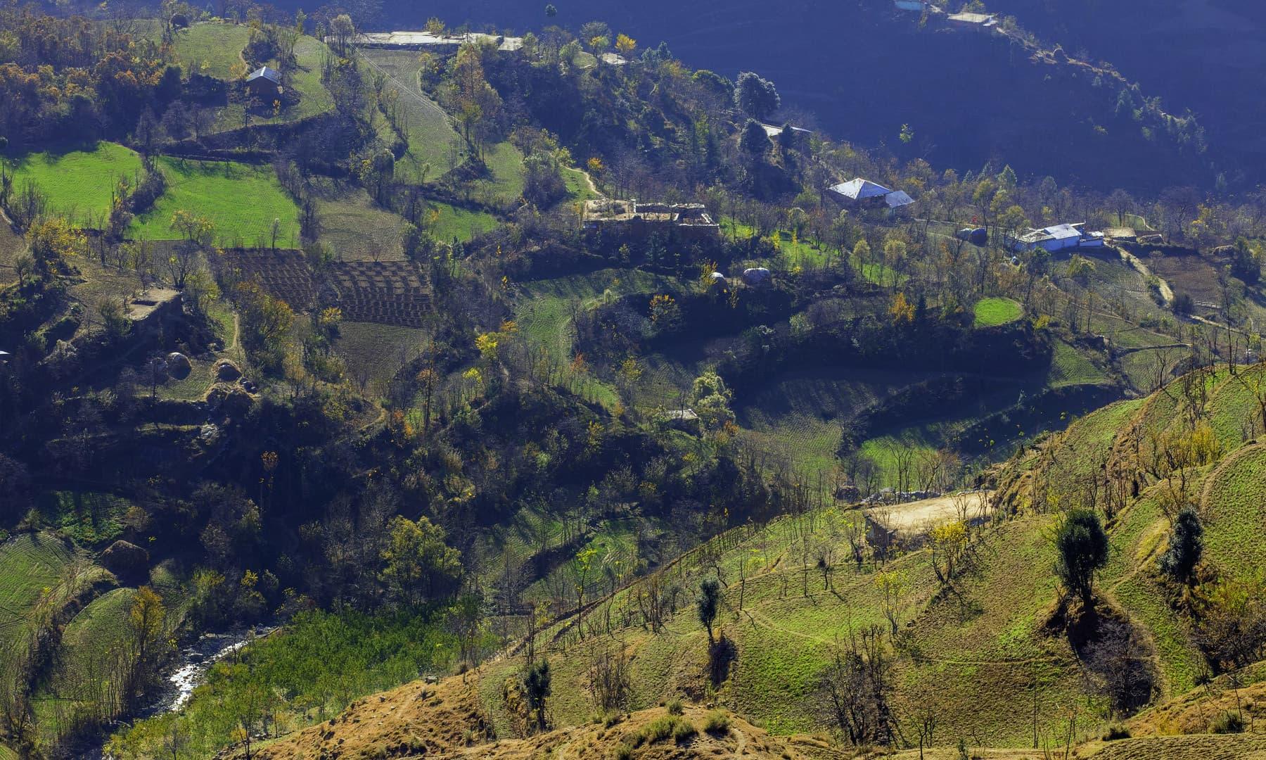 خوازہ خیلہ کے ایک گاؤں کا منظر. — فوٹو سید مہدی بخاری۔