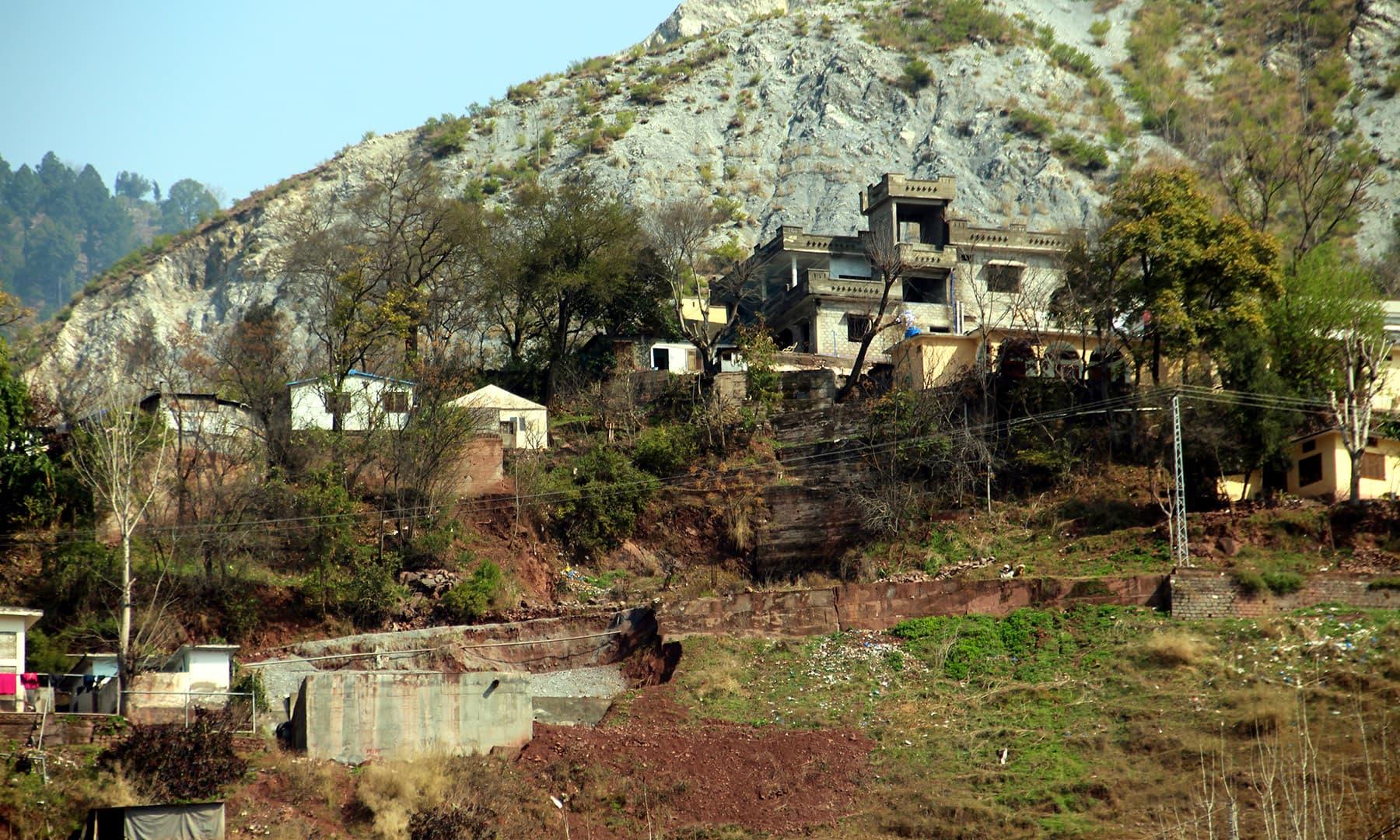 چٹانوں کے کناروں تک کو بھی تعمیرات کے لیے استعمال کیا گیا ہے. — فوٹو سید اشفاق حسین