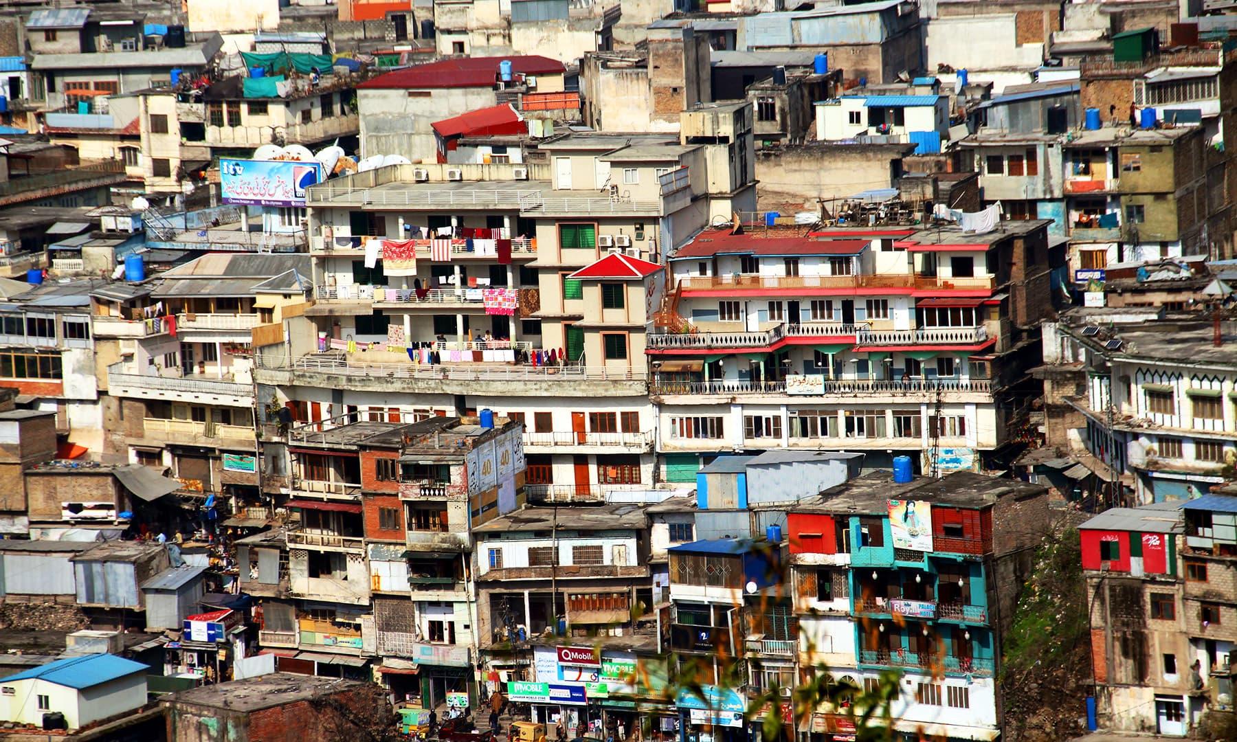 اس کی موجودہ آبادی دیکھ کر تصور کرنا مشکل ہے کہ 2005 میں یہاں کتنی تباہی آئی تھی. — فوٹو سید اشفاق حسین