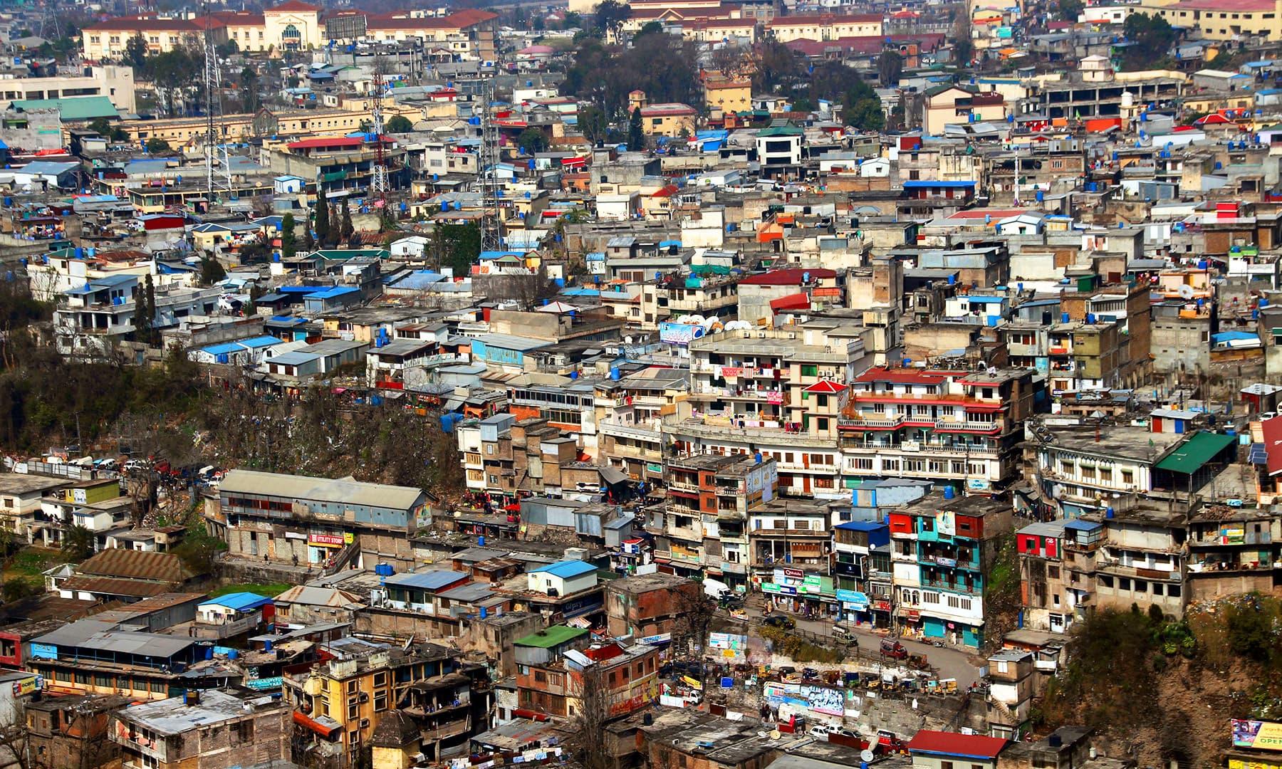 شہر کی تقریبآ تمام ہی تعمیرات بے ہنگم ہیں. — فوٹو سید اشفاق حسین