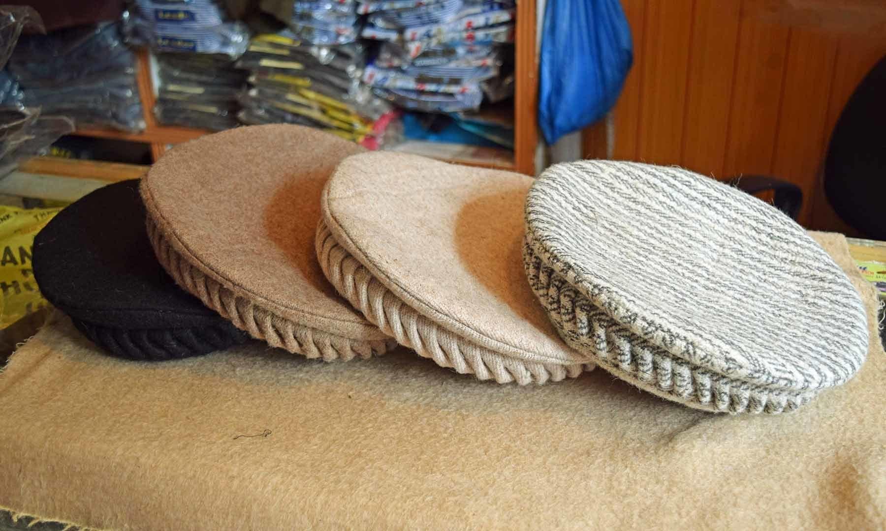 سواتی ٹوپی ہر رنگ میں اور گاہکوں کی خواہش کے مطابق تیار کی جاتی ہے۔ — فوٹو امجد علی سحاب۔