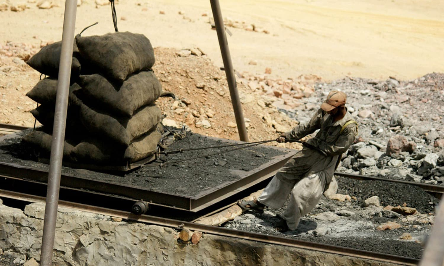 Carrying coal in Pakistan ─ Nadeem Khawer