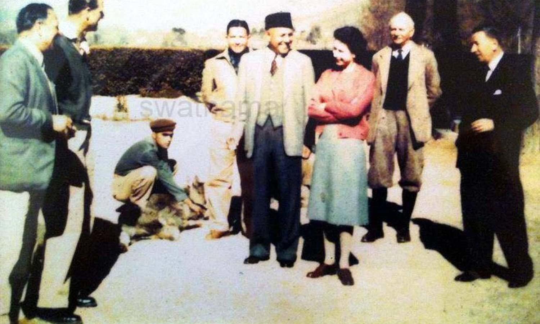 Queen Elizabeth II in Swat with Wali Miangul Jahanzeb. ─ Photo courtesy Swatnama