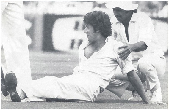 Pakistani Test cricketers, Imran Khan and Javed Miandad, in 1976.