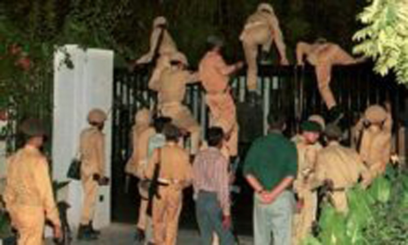 Soldiers climbing the gate of a government building during the 1999 military coup against the Nawaz Sharif government.