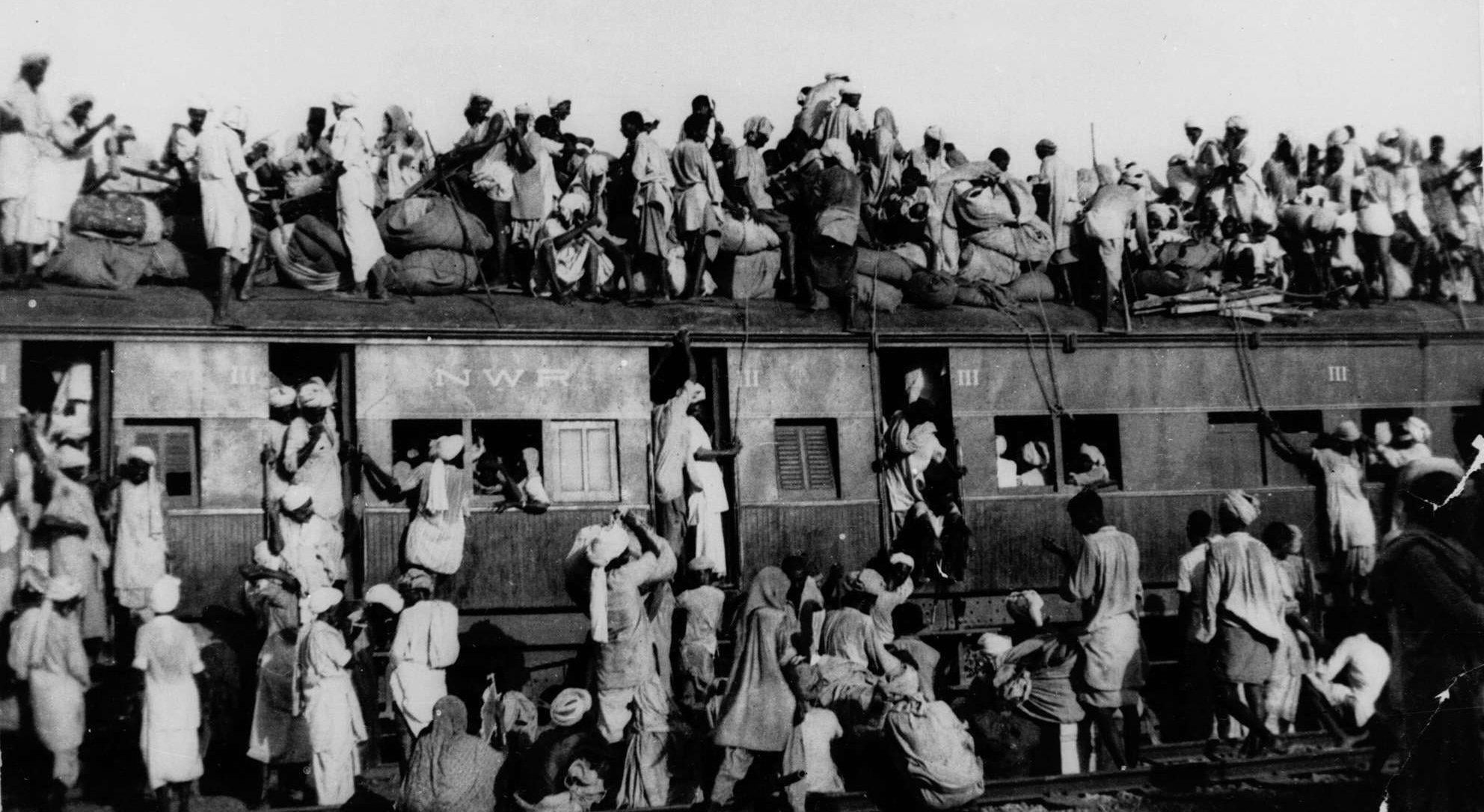 Hundreds of Muslims board a train leaving for Lahore (Pakistan) from New Delhi (India).