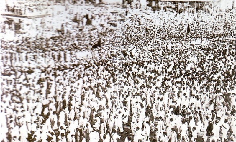 Thousands attend Jinnah's funeral in Karachi (1948).