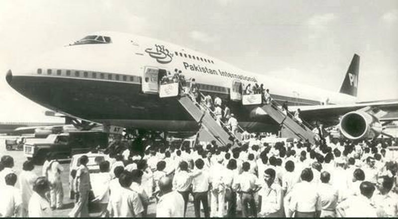 People gather to take a look at a brand new PIA plane in Karachi (1963).