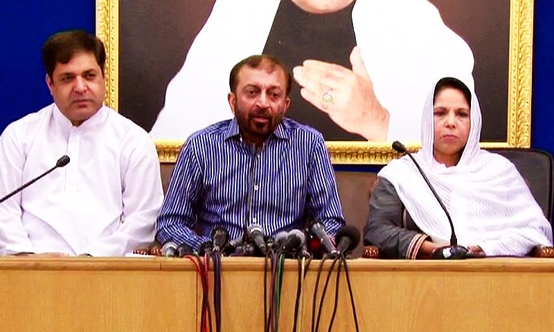 فاروق ستار نے دیگر ارکان کے ساتھ نائن زیرو میں پریس کانفرنس کی — فوٹو ڈان نیوز