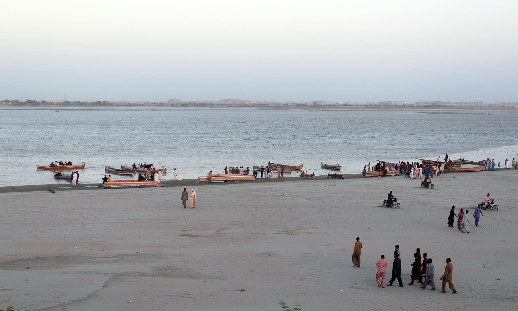 جامشورو میں دریائے سندھ کا کنارا حیدرآباد کے لوگوں کی سیر و تفریح کا مرکز ہے۔— فوٹو اختر حفیظ
