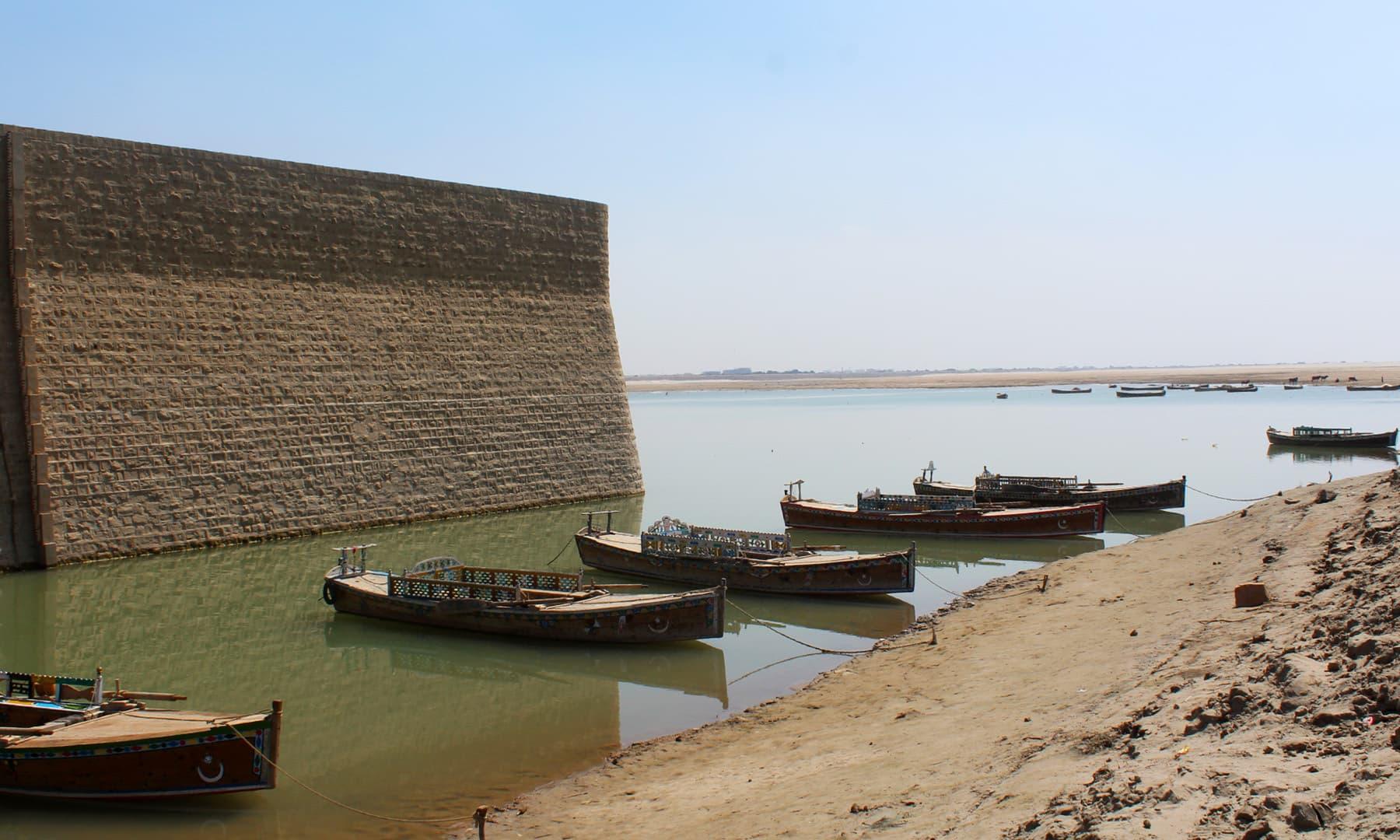 دریائے سندھ کبھی قابلِ جہاز رانی تھا، اب کشتیاں بھی بمشکل چل پاتی ہیں۔— فوٹو اختر حفیظ