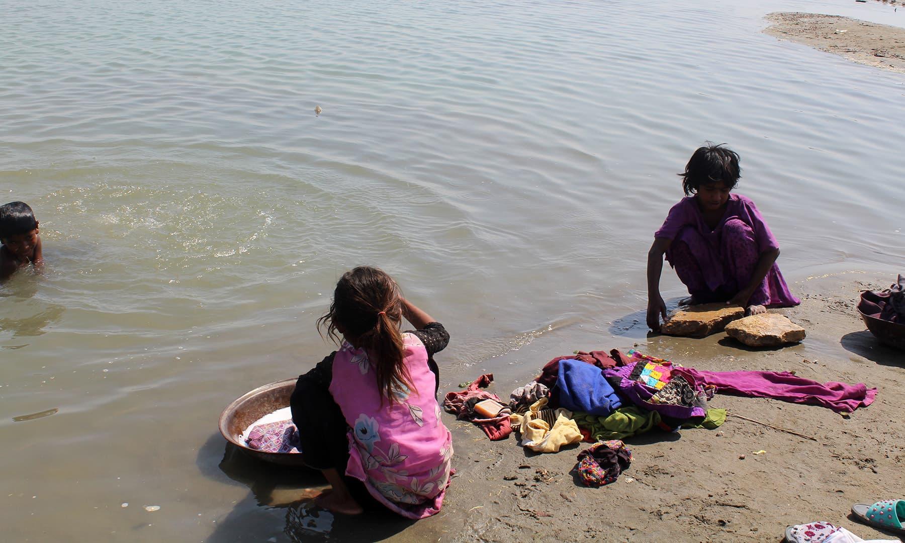 دریا میں پانی آنے پر یہاں ماہی گیر اپنا ٹھکانہ بنا لیتے ہیں۔— فوٹو اختر حفیظ
