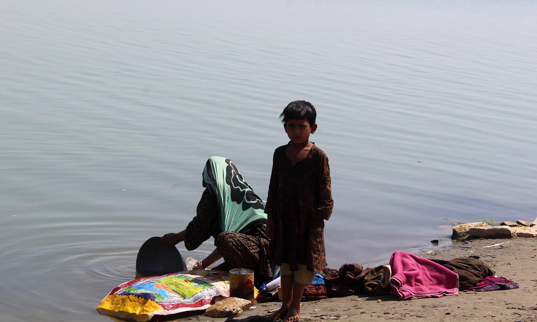 ماہی گیروں کی زندگی پانی سے وابستہ ہے۔ پانی کی کمی کا مطلب غربت ہے۔— فوٹو اختر حفیظ