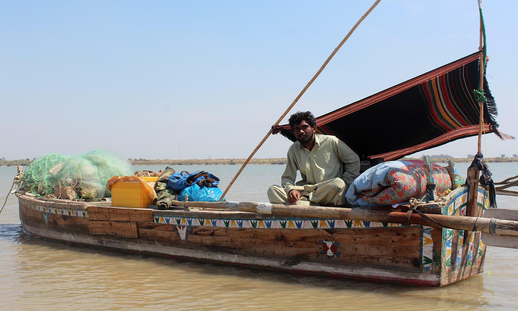 ماہی گیروں کے لیے دریا میں پانی کی کمی کا مطلب غربت ہے۔— فوٹو اختر حفیظ
