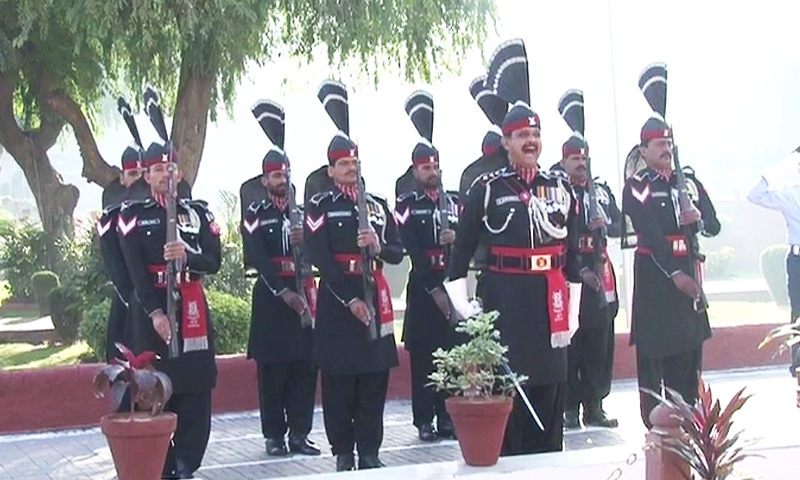 Change of guards ceremony in Lahore.—DawnNews