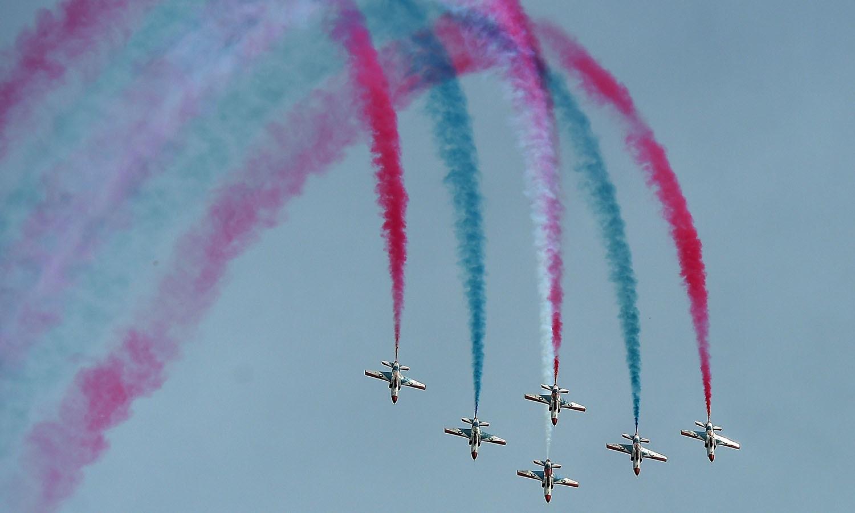 لڑاکہ طیاروں نے فضائی میں خوبصورت رنگ بکھرتے ہوئےشاندار کرتب دکھائے — فوٹو/ اے ایف پی