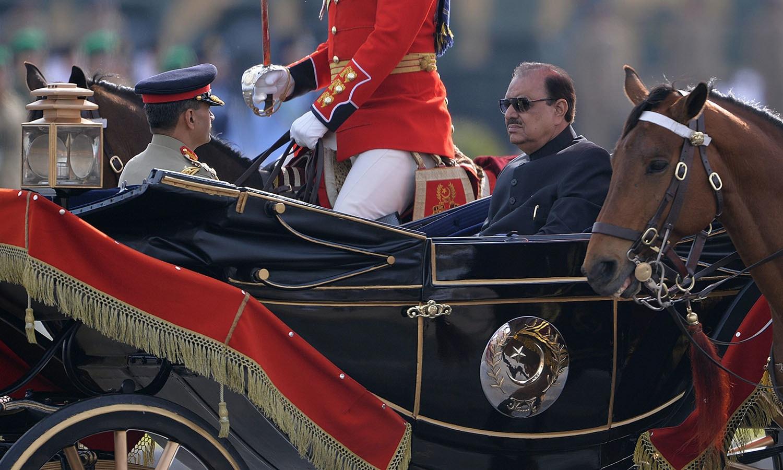 صدر ممنون حسین نے پریڈ کے دوران بگھی میں آمد کی — فوٹو/ اے ایف پی